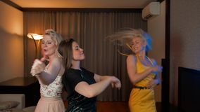 一起跳舞在房子里的三个笑的女孩在党 影视素材