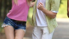 一起跳舞对精力充沛的歌曲的女朋友和男朋友在夏天节日 影视素材