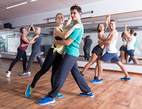 一起跳舞bachata的友好的成人 免版税库存图片