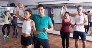 一起跳舞bachata的成人在舞蹈课 库存照片
