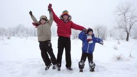 一起跳跃在冬天风景,慢动作的三个孩子 股票视频