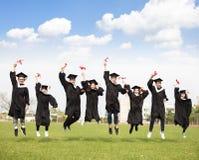 一起跳跃年轻小组的毕业 库存照片