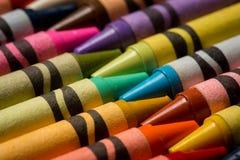 一起适合的蜡笔两行  免版税库存照片