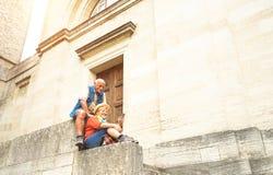 一起采取selfie的愉快的资深夫妇在圣马力诺老镇 库存照片
