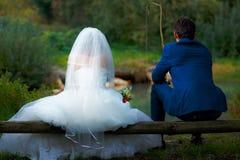 一起钓鱼-浪漫婚礼概念的新娘和新郎 库存图片