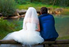 一起钓鱼-浪漫婚礼概念的新娘和新郎 图库摄影