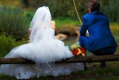 一起钓鱼-浪漫婚礼概念的新娘和新郎 免版税库存照片