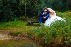 一起钓鱼-浪漫婚礼概念的新娘和新郎 免版税图库摄影