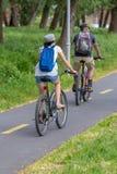 一起骑自行车在自行车路的成人夫妇在匈牙利 图库摄影
