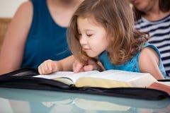 一起读圣经的家庭 免版税图库摄影
