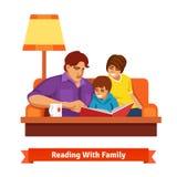 一起读愉快的家庭 母亲,父亲,儿子 库存图片