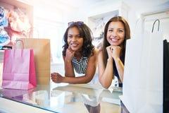 一起购物两个可爱的女性的朋友 库存照片