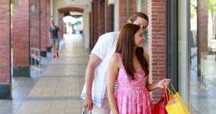 一起购物在购物中心的愉快的夫妇 股票录像