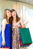 一起购物的朋友 免版税库存照片