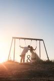 一起Bautiful夫妇在日落的摇摆 图库摄影