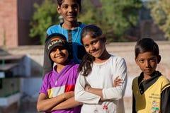 一起possing在街道上的愉快的孩子 免版税库存照片