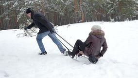 一起sledding冬天的夫妇,慢动作96fps 股票录像
