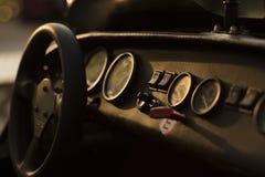 """一超级跑车驾驶舱â€的细节与车速表和测量仪的""""仪表板在背后照明 库存图片"""
