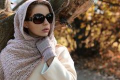 一身公园穿戴的女孩每围巾秋天 免版税图库摄影