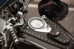 一辆习惯摩托车的细节 在车速表的焦点 葡萄酒摩托车细节 库存照片