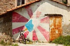 一辆五颜六色的房子和自行车的正面图 免版税库存图片
