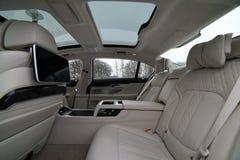 一辆优质大型高级轿车汽车的内部 库存图片