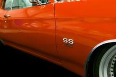 一辆伟大的减速火箭的美国肌肉汽车雪佛兰Camaro SS的侧视图 汽车外部细节 免版税库存图片