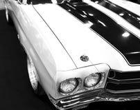一辆伟大的减速火箭的美国肌肉汽车雪佛兰Camaro SS的正面图 汽车外部细节 黑色白色 免版税库存照片