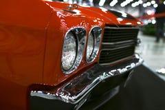 一辆伟大的减速火箭的美国肌肉汽车雪佛兰Camaro SS的正面图 汽车外部细节 免版税库存图片