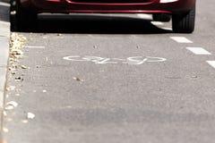 一辆停放的汽车的部份看法在自行车道路的 图库摄影
