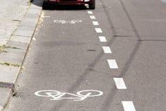一辆停放的汽车的部份看法在自行车道路的 库存图片