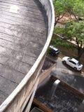 一辆停放的白色汽车的鸟瞰图 免版税库存图片
