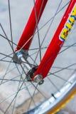 一辆八十个孩子自行车的红色叉子宏观细节  免版税库存照片