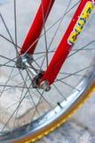一辆八十个孩子自行车的红色叉子宏观细节  库存图片