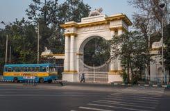 一辆公共交通工具公共汽车在Dharmatala Chowringhee地区附近横渡哥特式建筑州长房子的入口 库存照片