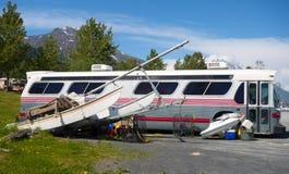一辆公共汽车用水戏弄野营在seward 免版税库存照片