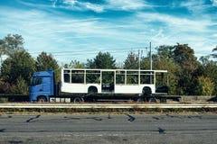 一辆公共汽车的图片在拖车身体曼海姆卡车的城市 库存照片