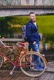一辆减速火箭的自行车的一个人在公园 免版税库存照片