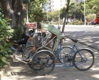 一辆出租机动三轮车人力车在树树荫下休息在边路的在市芽庄市,越南 免版税库存图片