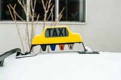 一辆出租汽车的正面图在一个街道冬天 库存图片