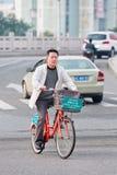 一辆出租自行车的人有篮子的,温州,中国 库存照片