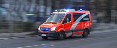 一辆加速的德国救护车 库存照片