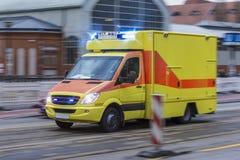 一辆加速的救护车 图库摄影