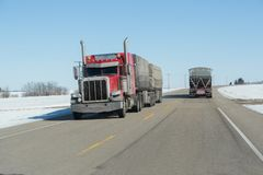 一辆半卡车的正面图在高速公路的 库存图片