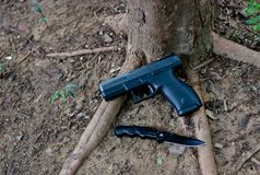 一辆半汽车9 mm手枪,它` s罢工者射击了有是轻量级的聚合物身体的手枪 这把手枪是保护和sp 库存照片