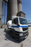 一辆卡车的图片没有卡车拖车的在工厂背景 在路的一辆经典大白色汽车 复制空间 免版税库存图片