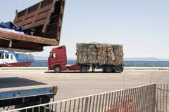 一辆卡车的看法有被回收的纸和纸板的在Kos,希腊风俗  库存图片