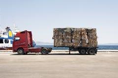 一辆卡车的看法有被回收的纸和纸板的在Kos,希腊风俗  免版税库存图片