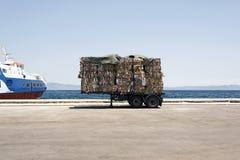 一辆卡车的看法有被回收的纸和纸板的在Kos,希腊风俗  图库摄影