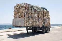 一辆卡车的看法有被回收的纸和纸板的在Kos,希腊风俗  免版税库存照片